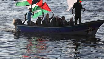 """Palästinenserinnen zeigen im Hafen von Gaza ihre Solidarität mit der von Israels Marine gestoppten """"Saytun""""."""