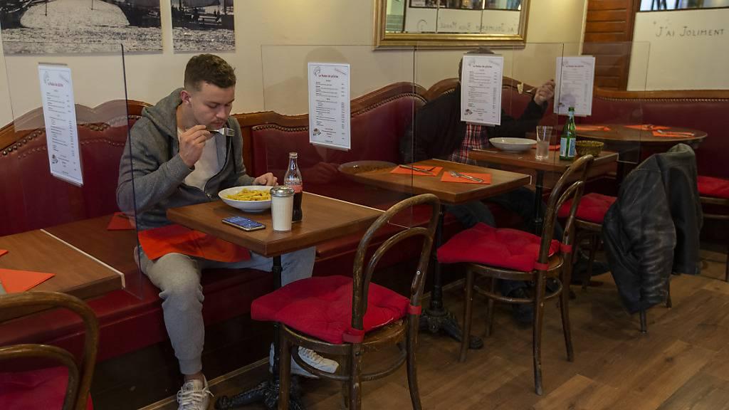 Restaurantbetreiber dürfen am Montag auch ihre Innenräume wieder öffnen. Diese und weitere Corona-Lockerungen hat der Bundesrat beschlossen. (Archivbild)