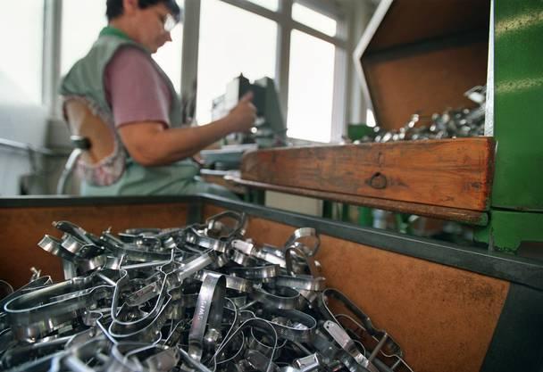 Der Sparschäler ist voll und ganz ein Schweizer Qualitätsprodukt. Die Firma Zena in Affoltern am Albis produziert im Jahr rund zwei Millionen Sparschäler. Ein Drittel davon bleibt in der Schweiz, zwei Drittel werden exportiert.