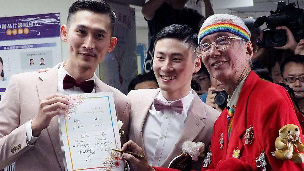 In Taiwan sind am Freitag die ersten gleichgeschlechtlichen Ehen in Asien geschlossen worden.