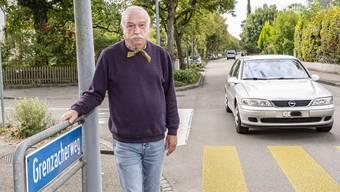 Verkehr in zwei Jahren halbiert? Erwin Ott am Grenzacherweg in Riehen, bei dem das Verkehrsaufkommen laut Kanton abenteuerliche Schwankungen vollführt.