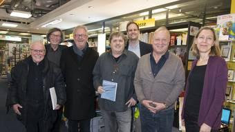 Redaktionskommission und Illustratoren an der Vernissage (von links): René Walter, Thomas Schärli, Claude Barbey, André Weyermann, Silvan Granig, Peter Brotschi und Salome Moser.