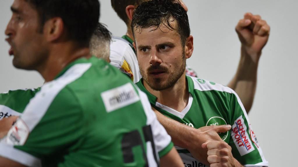 Tranquillo Barnetta, rechts, jubelt nach dem Penalty zum 2-0, im Fussball Super League Spiel zwischen dem FC St. Gallen und dem FC Vaduz.