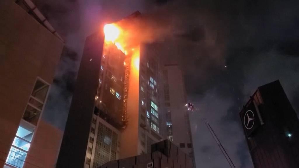 Fast 90 Verletzte nach Brand in 33-stöckigem Hochhaus