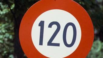 Die Initiative für Tempo 140 auf Autobahnen hat nicht genügend Unterschriften erhalten. Damit bleibt es bei Tempo 120. (Archivbild)
