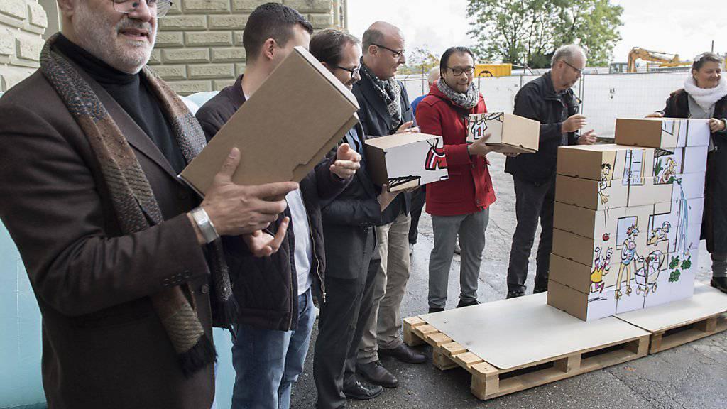 Der Genfer SP-Nationalrat Carlo Sommaruga (links), im Bild bei der Einreichung der Volksinitiative «Mehr bezahlbare Wohnungen», ist neuer Präsident des Schweizer Mieterinnen- und Mieterverbandes. (Archivbild)