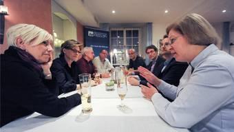 Illustre Gäste diskutieren am bz-Stammtisch: Gemeindepräsidentin Christine Mangold (zweite von links), Vizepräsident Felix Jehle (dritter von links) sowie die Landräte Michael Herrmann (zweiter von rechts) und Martin Rüegg (dritter von rechts).