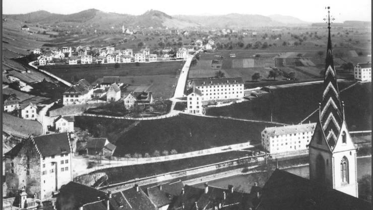 Ein Feld trennte Langenstein (oben links) vom Dorfkern. Blick nach Wettingen von der Ruine Stein um 1904.