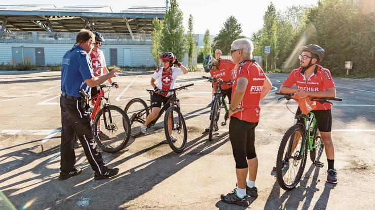 Claudio Gygax (Regionalpolizei Wohlen) instruiert Mitglieder des Behindertensportclubs Wohlen-Lenzburg.