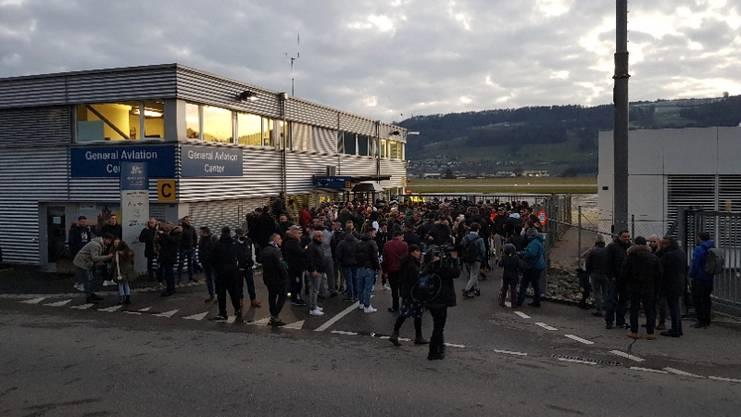 Juventus wird am Flughafen bereits von einigen Fussball-Fans erwartet.