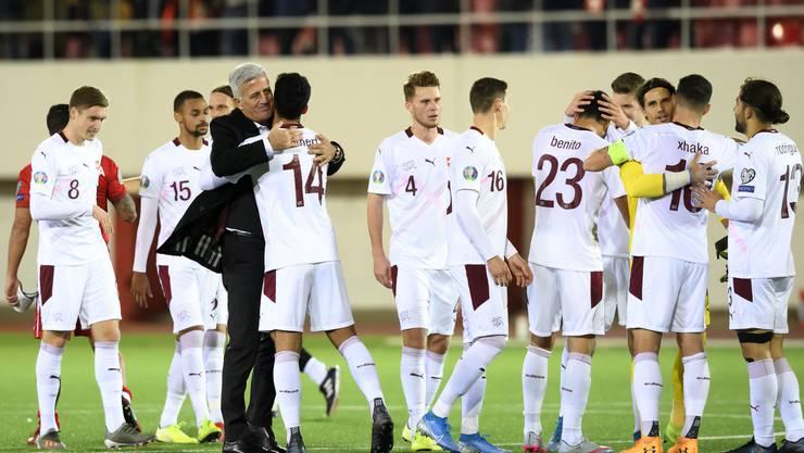 Nationaltrainer Vladimir Petkovic freut sich mit seinem Team über die EM-Qualifikation. «Ich kenne keinen Spieler, der ihn nicht mag», sagt Granit Xhaka.
