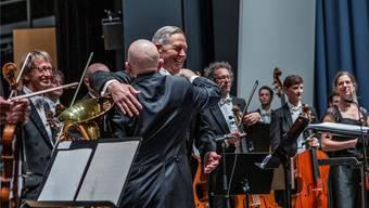 Nur keine Tränen jetzt: Douglas Bostock jubelt mit dem Solisten Steven Mead und nimmt mit «Best of Bostock» Abschied von seinem Argovia Philharmonic.