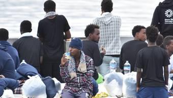 Tagelang auf hoher See: Die geretteten Flüchtlinge dürfen das im Hafen von Catania angelegte Schiff nicht verlassen.