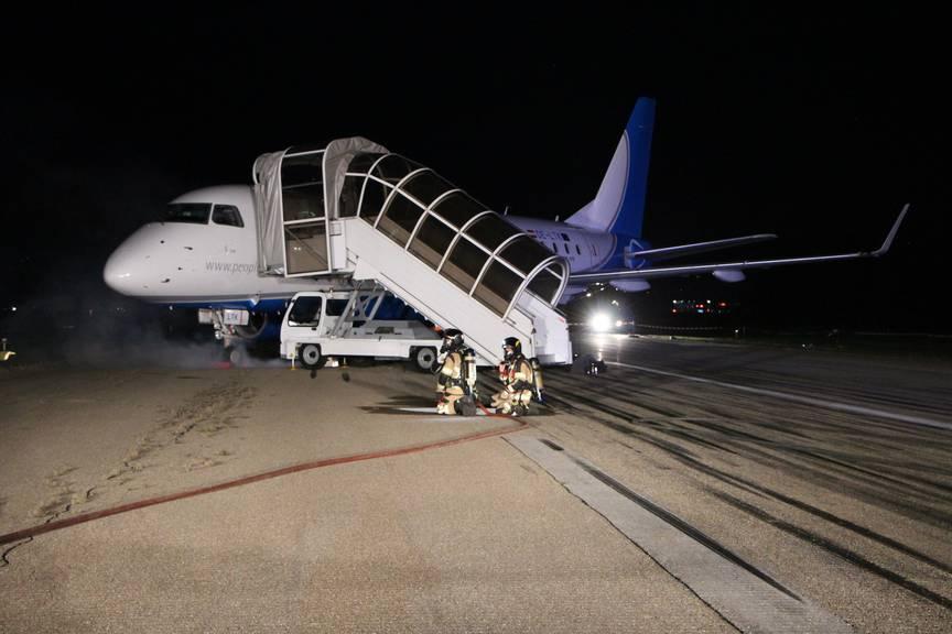 Das Fahrwerk des Flugzeugs ist beim Landeanflug «eingebrochen», so das Szenario. (Bild: FM1Today)