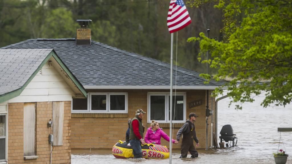 Evakuierungen nach Überflutungen und Dammbrüchen in den USA