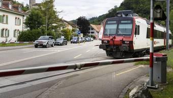 Kein Bus-Ersatz zu Spitzen-Verkehrszeiten: Die Bahnschranke wird auch künftig schliessen.