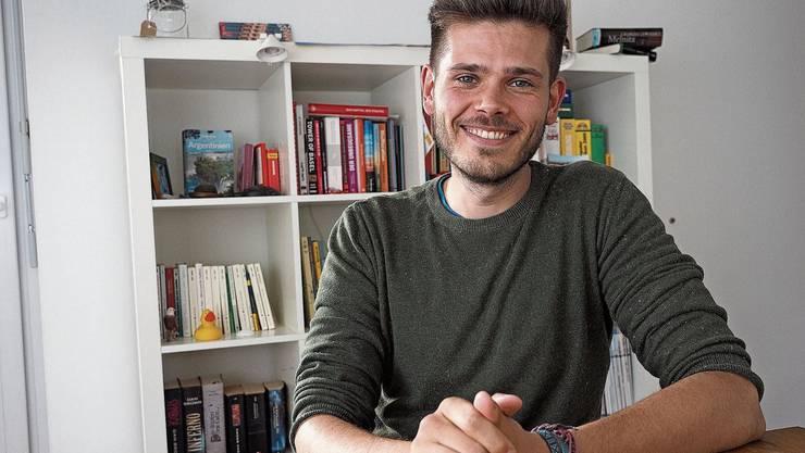 «Ich bin ein geselliger Mensch»: Rolf Schmid im Wohnzimmer seiner Wohngemeinschaft mit Flüchtlingen.