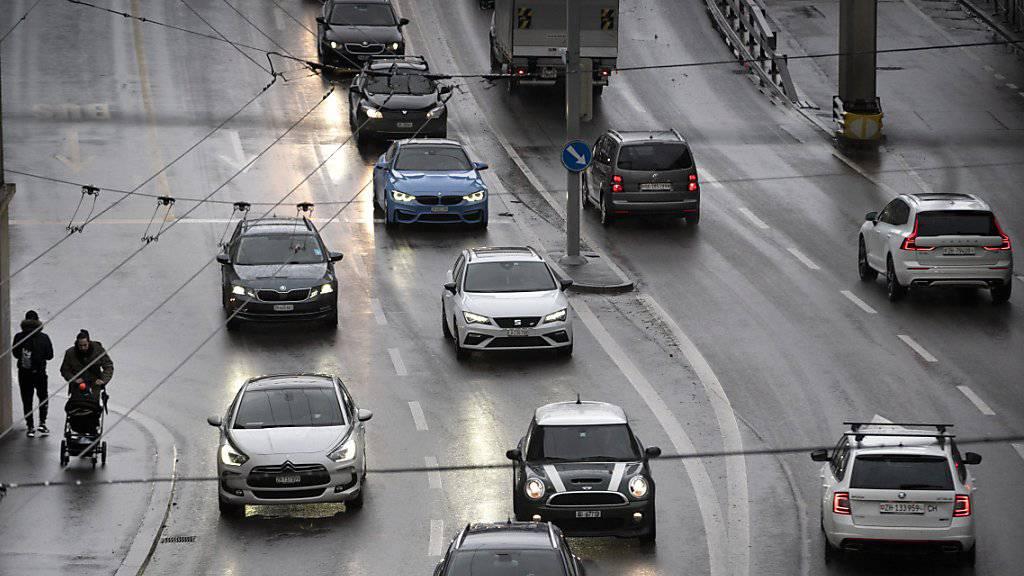 In der Schweiz ist das Fahren ohne CH-Kleber erlaubt. Im Ausland riskiert man ohne Landeskennzeichen eine Busse. (Themenbild)