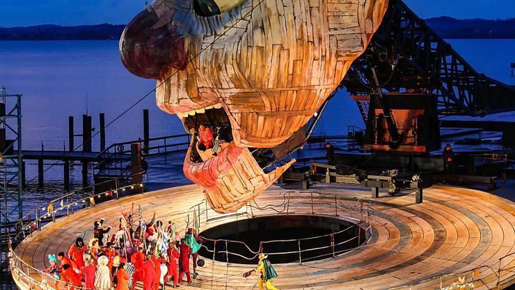 """Szene aus """"Rigoletto"""" von Giuseppe Verdi, aufgenommen 2019 bei der Fotoprobe auf der Bregenzer Seebühne. 2020 fallen die Bregenzer Festspiele wegen Corona-Pandemie aus. (Archivbild)"""