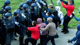 Leider viel zu oft nicht eine Übungsanlage, sondern harte Realität: die Gewalt durch Hooligans im Umfeld von Sportanlässen. Ein Abkommen des Europarats will Abhilfe schaffen. (Themenbild)
