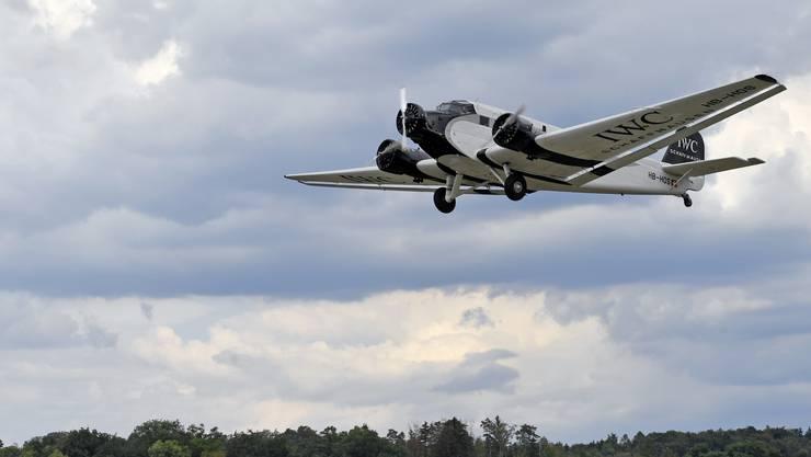 Ju-Air staunt: Die Flugaufsichtsbehörde verbietet Flüge über Städte.