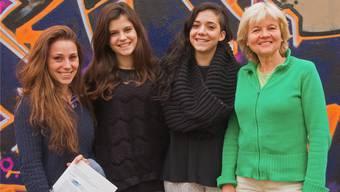 Umrahmt von Sara Balaj (links), Leiterin Provisorium 8, und Rosmarie Wyss, Fachstellenleiterin Benevol Kanton Solothurn, freuen sich Miriam Garcia (2. v.l.) und Rohini Guarino über ihren Ausweis.