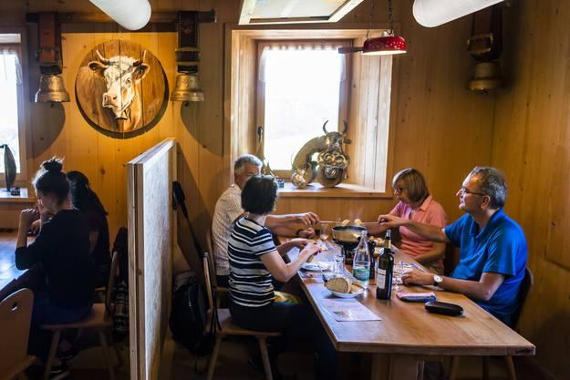 In Restaurants wird gelacht, gesprochen und lange zusammengesessen.
