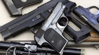 Abhanden kamen in den letzten zwei Jahren 562 Pistolen, 154 Gewehre, 101 Revolver, 33 Sportpistolen, 29 Nachbildungen oder Kugelwaffen, 16 Militärkarabiner, 15 Maschinenpistolen sowie 11 Alarmpistolen. (Symbolbild)