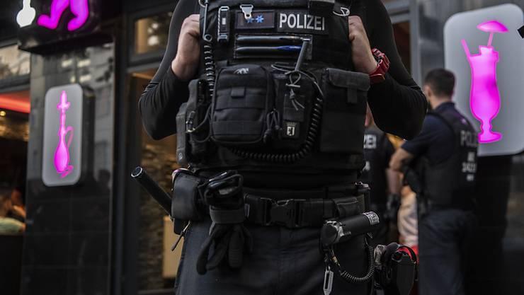 ARCHIV - Polizeibeamte bei einer großen Kontrollaktion in Berlin-Neukölln. Foto: Paul Zinken/dpa