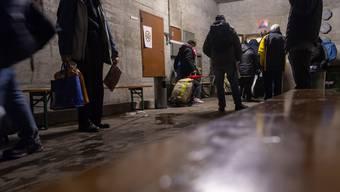 Für Angebote wie Notunterkünfte müssen Menschen in Not oft auch noch bezahlen .