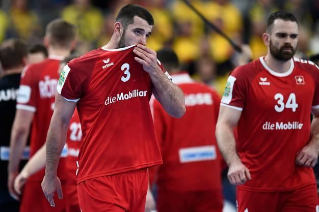 Nach der Niederlage gegen Schweden steht Lucas Meister (Nummer 3) die Enttäuschung ins Gesicht geschrieben.