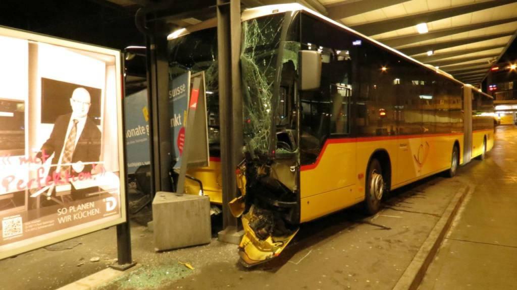 Buschauffeur drückte aus Versehen aufs Gaspedal: Hoher Sachschaden bei Kollision in Baden AG.