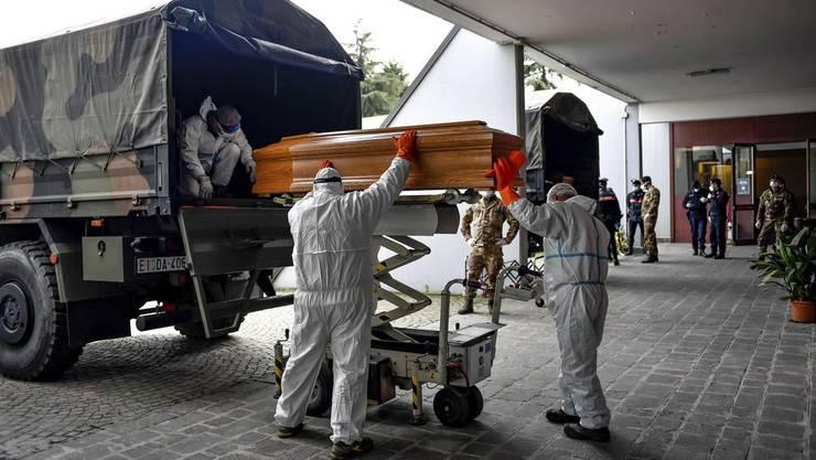 Während der Corona-Pandemie wurden Särge von Verstorbenen aus Bergamo in andere Städte transportiert, da lokale Friedhöfe und Krematorien überlastet waren.