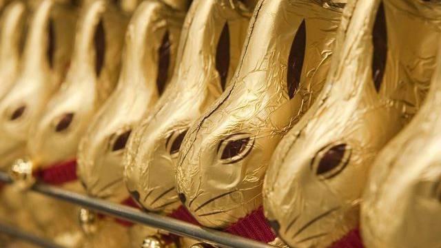 Aufgereihte Goldhasen des Schweizer Schokoladenherstellers (Archiv)