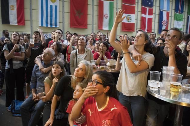 Hoffen und bangen: Schweizer Fans verfolgen das entscheidende Gruppenspiel in Baden bei der Sporthalle Aue.