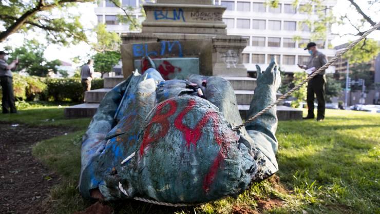 Demonstranten stürzten in Washington eine Statue des Südstaaten-Generals Albert Pike.