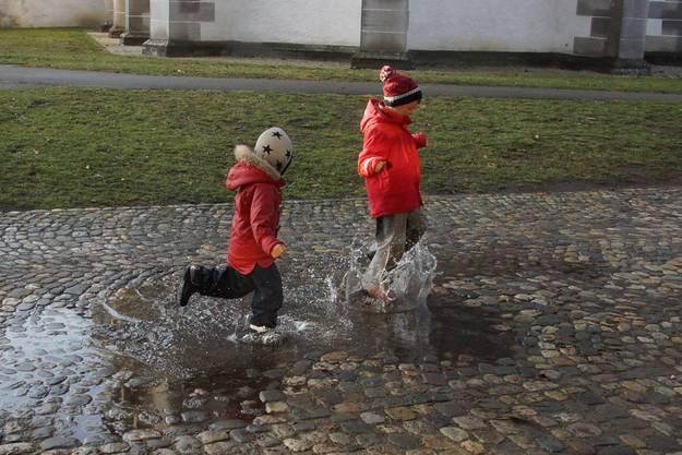 Juhu Pfützen sind mega cool...finden unsere Enkel. Marianne Barbara Hunziker, Windisch