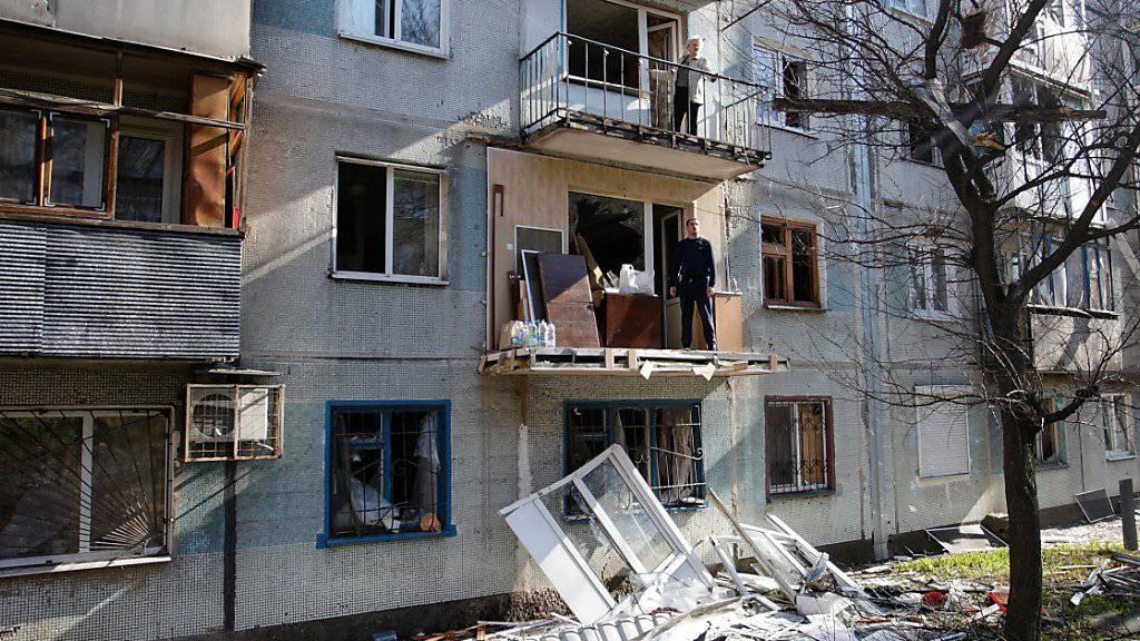 Zerstörungen in der Ostukraine nach neuen Kämpfen. Der ukrainische Präsident hat eine neue Waffenruhe für das Gebiet angeordnet, die ab Samstag gelten soll.