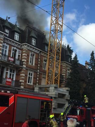 Mehrere Löschfahrzeuge der Basler Feuerwehr sind im Einsatz.