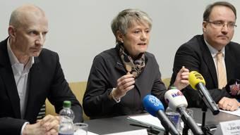 Justizdirektorin Jacqueline Fehr flankiert von Psychiater Frank Urbaniok (links), dem Gutachter im Strafverfahren, und Rolf Bieri von der Aufsicht KESB.