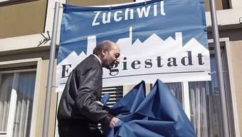 2004 enthüllte der damaligen Gemeindepräsident von Zuchwil, Gilbert Ambühl, die Energiestadt-Fahne. Für das Label  musste die Gemeinde 50 Prozent der möglichen Massnahmen erfüllen. (29.5.2004)