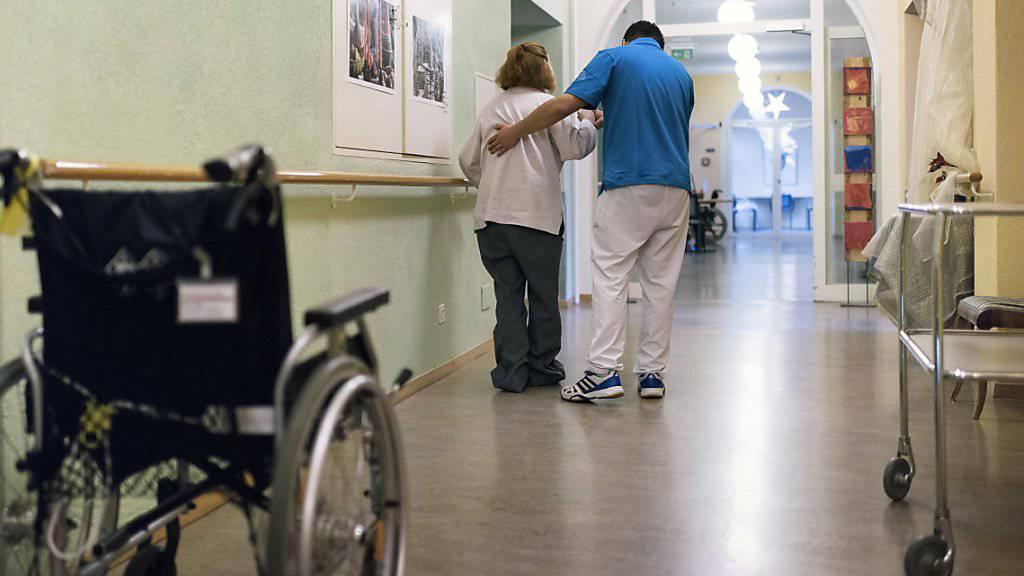 Zu wenig Zeit für Patienten und Bewohner, schlechte Dienstpläne, gesundheitliche Probleme: Jede zweite Person, die in der Schweiz in der Langzeitpflege arbeitet, kann sich nicht vorstellen, dies bis zur Pensionierung zu tun. (Themenbild)