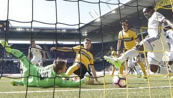 YB-Stürmer Thorsten Schick (Mitte) trifft aus kurzer Distanz zum Sieg gegen Basel