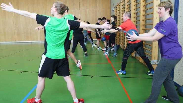 Das Werfen des Schleuderballs setzt die richtige Körperhaltung voraus.