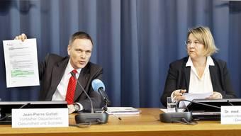 Jean-Pierre Gallati, Vorsteher Departement Gesundheit und Soziales, zeigt den Medien die Verordnung des Bundesrates.