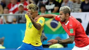 Behrami und Neymar schenken sich während des Spiels nichts