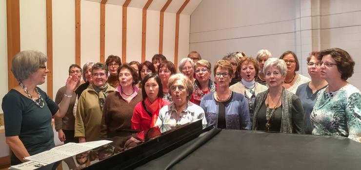 Dirigentin und Sängerinnen freuen sich auf das bevorstehende Konzert und geben ihr Bestes.