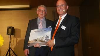 Stiftungsratspräsident Josef Brunner (links) übergab Geschäftsführer Pascal Gregor eine Bildchronik über die Bauzeit. Jörg Baumann