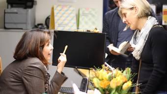 Viele Zuhörerinnen und Zuhörer nutzten die Gelegenheit, nach der Lesung im Gemeindezentrum Brüelmatt mit Hélène Vuille (links) ins Gespräch zu kommen.