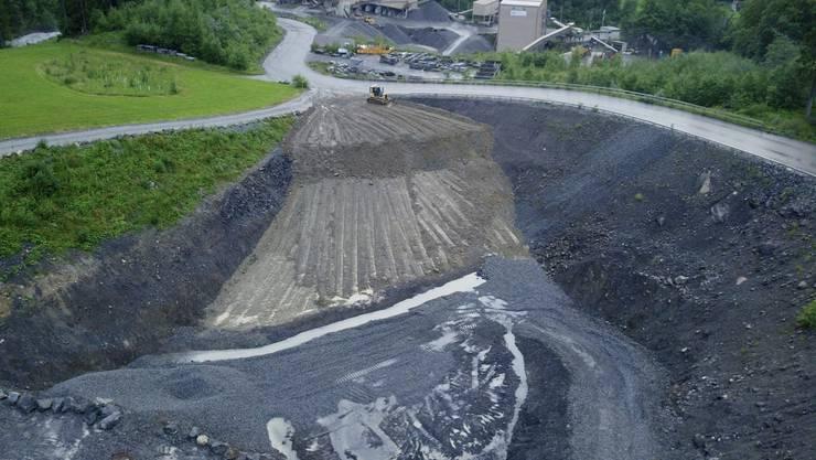 Mutmasslich illegal deponierter Schotter aus dem Lötschberg soll zum Tod der Fische geführt haben. Nun widersprechen die Steinbruch-Betreiber.